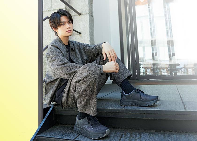 佐野勇斗、秋の足元はLA発の〈スケッチャーズ〉で!「おしゃれ」の完成度を高める3足のスニーカー!